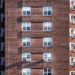 zgrada sa prozorima, zgrada od cigle, asocijacija na stanove, prodaja,