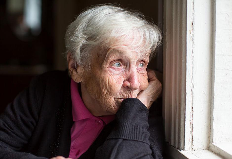 Starica na prozoru