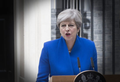 Theresa May prijeti Rusiji u plavom