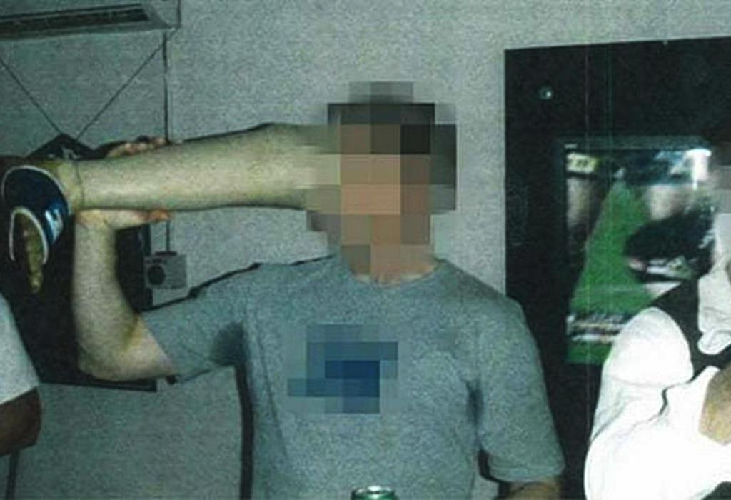 postrojbe australske vojske piju iz umjetne noge ubijenog Afganistanca